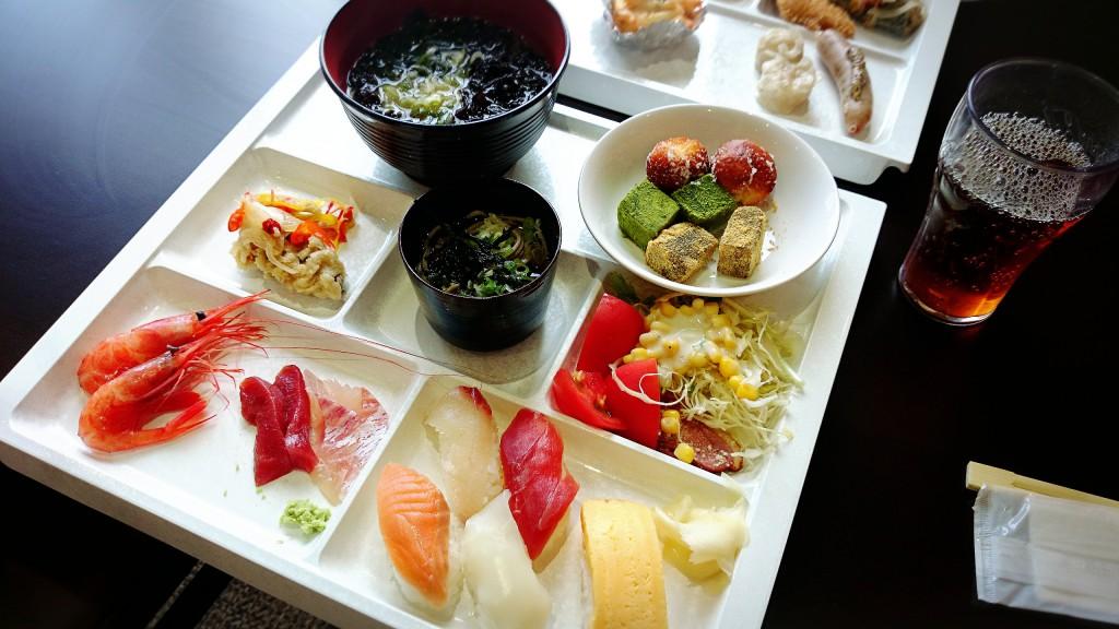お寿司もお刺身もたくさんありました